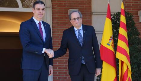 Sánchez y Torra se saluden aquest dimecres a les portes del Palau de la Moncloa.