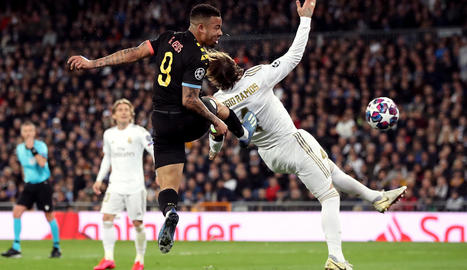 Gabriel Jesús remata davant de Sergio Ramos el gol amb què el City empatava el partit.