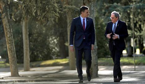 Sánchez i Torra caminen pels jardins de La Moncloa.