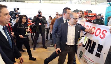 El ministre va ser rebut amb pancartes i xiulets d'un grup de joves agricultors a Saragossa.