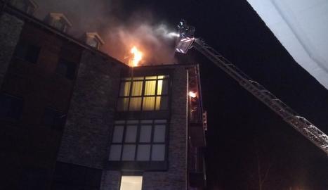 Bombers al sufocar les flames a última hora d'ahir.