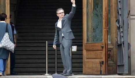 Josep Maria Jové fa un gest just al moment abans d'entrar al TSJC el 7 de juny de 2019.
