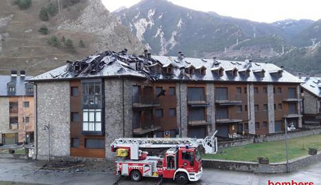 L'incendi, que es va originar dijous a la tarda, va acabar afectant quatre apartaments del bloc.