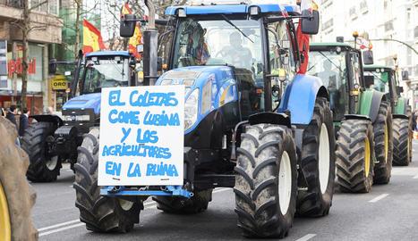 Agricultors observen maquinària a la Fira de Saragossa, amb gran presència de firmes de Lleida.