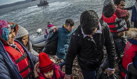 Arribada de desenes de refugiats des de Turquia a l'illa grega de Lesbos.
