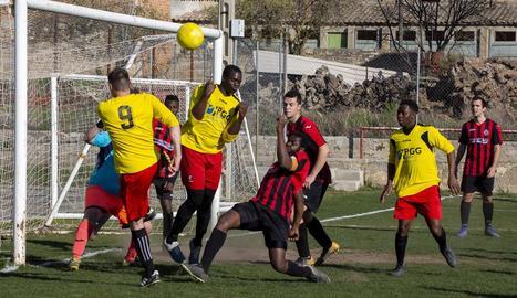 Una jugada del partit d'ahir entre el Verdú-Vall del Corb i el Ribera d'Ondara.
