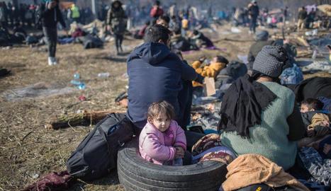 Milers de persones esperen una oportunitat per entrar a Grècia malgrat el fort dispositiu fronterer desplegat per Atenes.