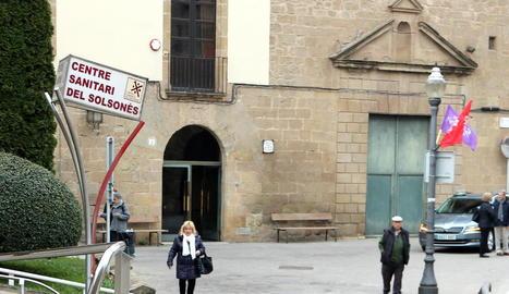 La taxista Queralt Serra amb els usuaris Maria Graus i Jaume Canal abans d'agafar el taxi a Guixers.
