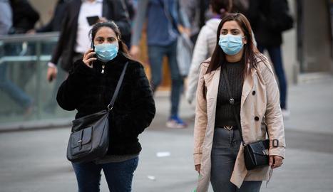 Dos dones amb mascareta al centre de Barcelona.