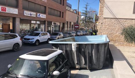 El fort vent fa caure una piscina d'un terrat a les Borges Blanques