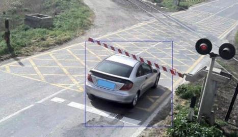 Imatges de vehicles creuant el pas a nivell de la C-13 a Térmens amb el semàfor en roig i la barrera abaixada.