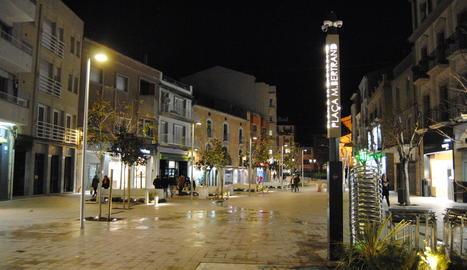 Vista nocturna de la plaça Manuel Bertrand.