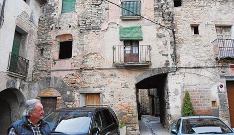 Tres dels immobles buits i deshabitats del nucli de Figuerola d'Orcau, a Isona