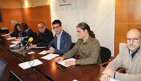 L'alcalde, Miquel Pueyo (ERC), i els tinents d'alcalde Toni Postius (JxCat) i Sergi Talamonte (Comú), ahir a la Paeria.