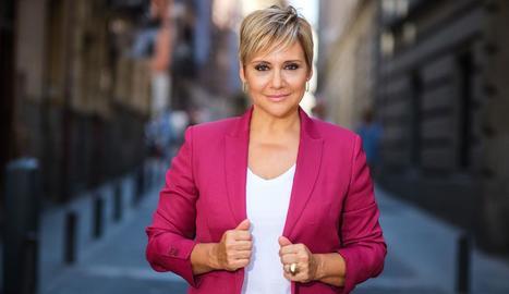 La periodista Glòria Serra dirigeix i presenta el programa.