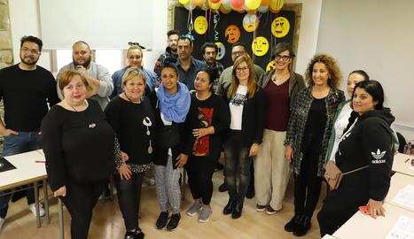 Les regidores Anna Campos i Marta Gispert, amb els participants en el curs que imparteix l'IMO.