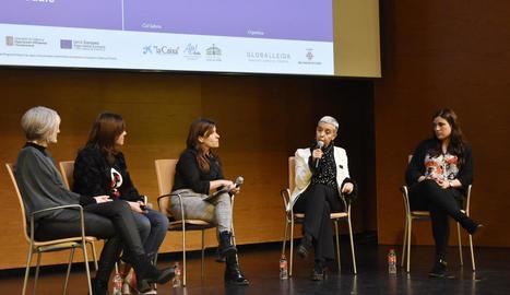 Fotografia de grup de les 59 diputades del Parlament de Catalunya, ahir a l'hemicicle.