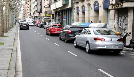 Vehicles aparcats ahir en doble fila a la rambla Ferran.
