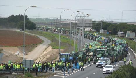 Manifestació pel futur del camp, ahir, a l'A-49 a Huelva.