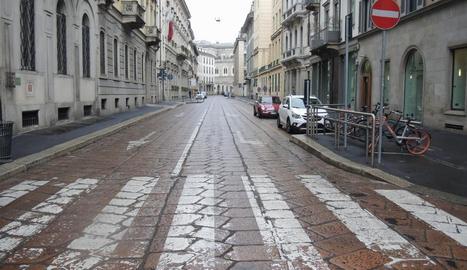 Itàlia - La xifra de morts pel coronavirus va ascendir ahir fins a les 148 persones. Les mesures impulsades pel govern com deixar un metre de distància entre persones o no saludar-se amb petons ni abraçades provoquen que les ciutats semblin buid ...