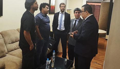 El fiscal Federico Delfino, a la dreta, parla amb Ronaldinho i el seu germà.