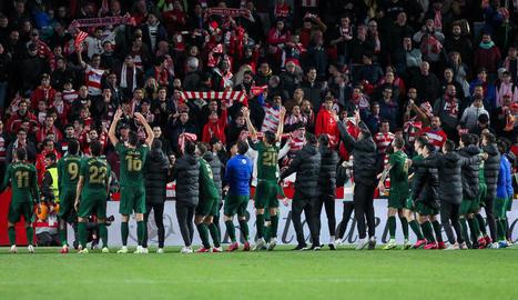Els jugadors de l'Athletic van celebrar la classificació amb l'afició.