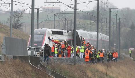 Una vintena de ferits al descarrilar un tren a Estrasburg