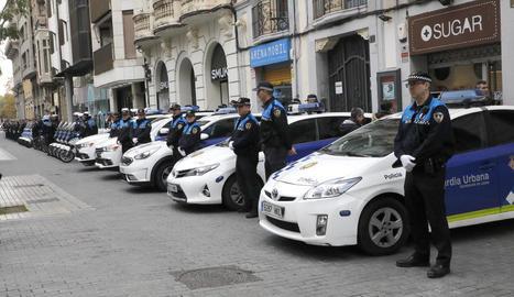 Agents de la Policia Local a la parada de Santa Cecília.