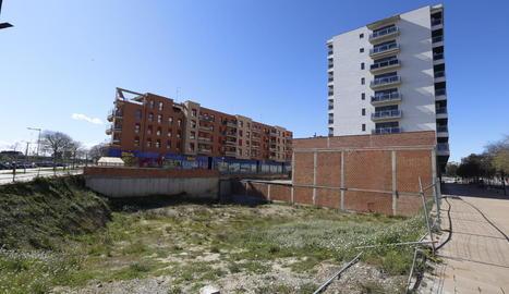 El solar on aniran els habitatges, entre l'Ll-11 i Estudi General.