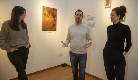 La responsable de l'Espai Cavallers, ahir en la inauguració de l'exposició amb algunes de les artistes.