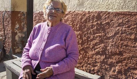 Desenes de dones es van concentrar ahir a la plaça Ricard Viñes per denunciar la bretxa salarial.