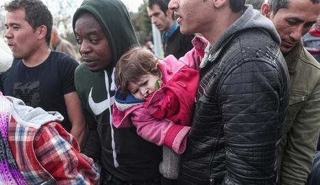 Milers de refugiats i migrants es mantenen en la frontera entre Turquia i Grècia.