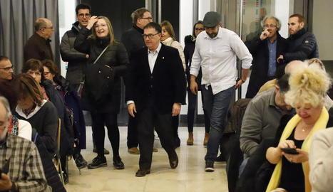 Alonso-Cuevillas, a Lleida - Jaume Alonso-Cuevillas, advocat de Carles Puigdemont, va fer ahir una xerrada a la sala Alfred Perenya amb el títol Tribunals i política. A la imatge, a l'arribar al recinte acompanyat per Maria Àngels Cabasés i T ...