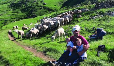 """responsabilitat. """"Us cuidaré tan bé com sàpiga"""", diu a les ovelles, just en l'època que ella està a punt de ser mare."""