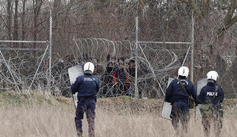 Policies grecs controlen la frontera amb Turquia.