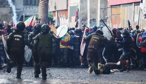 Actuació policial contra els manifestants divendres a Santiago.