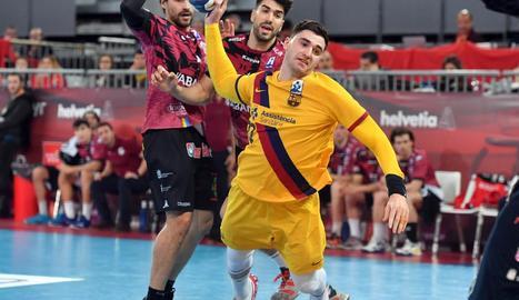 Ludovic Fabregas es disposa a llançar a porta.