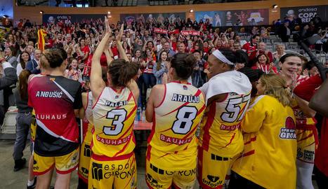 Les jugadores del Girona celebren la classificació per a la final.