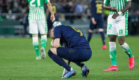 Benzema mostra el seu abatiment al consumar-se la derrota madridista a l'estadi bètic.