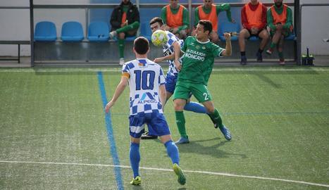 Un jugador del Tamarit lluita pel control de la pilota.