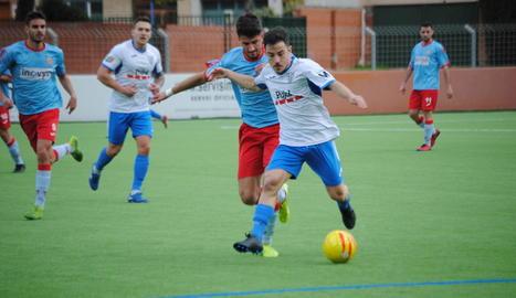 Roger Canadell és perseguit per un rival en una de les jugades del partit d'ahir contra el Martorell.