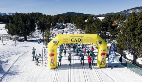 Participants en la sortida de la Marxa Pirineu disputada ahir entre les estacions de Lles i Aransa.