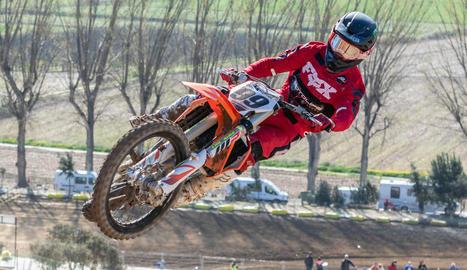 Jorge Zaragoza, segon en MX Elit, volant durant un salt en la jornada d'ahir.