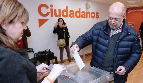 El candidat Francisco Igea emetent ahir el seu vot.