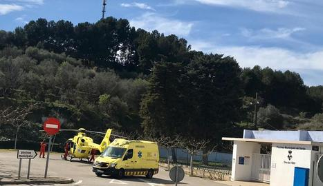 L'helicòpter i l'ambulància del SEM, al pàrquing de les piscines municipals.
