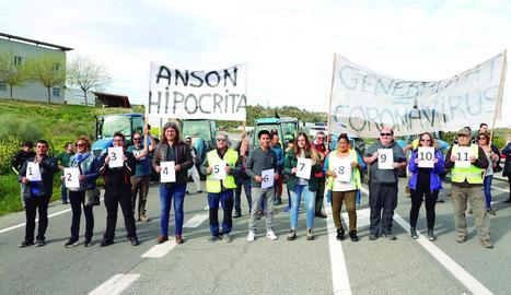 Manifestants (entre ells David Masot) es van numerar de l'un a l'onze. La consellera havia dit que només onze s'oposaven als ajuts.