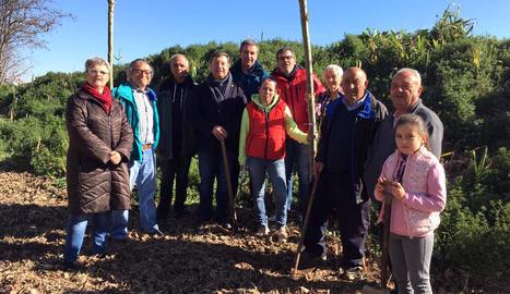 Els participants a la plantada d'arbres a Lleida.