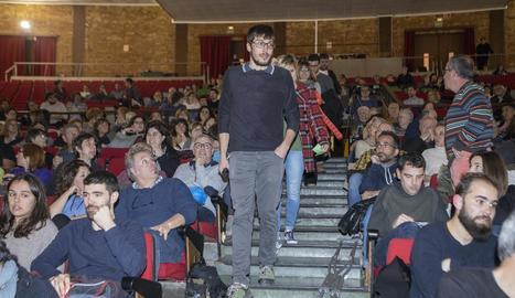 El director entrant al Gran Teatre de la Passió per presentar el curtmetratge.