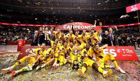 Els jugadors del Barça celebren la victòria al pavelló Martín Carpena de Màlaga.