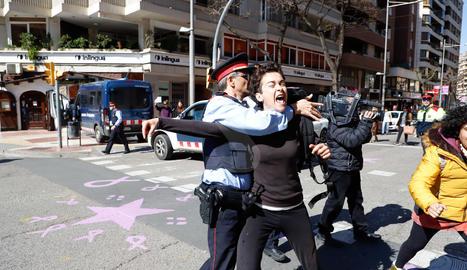 Momentos de tensión en el acto institucional en Lleida del Día de la Mujer